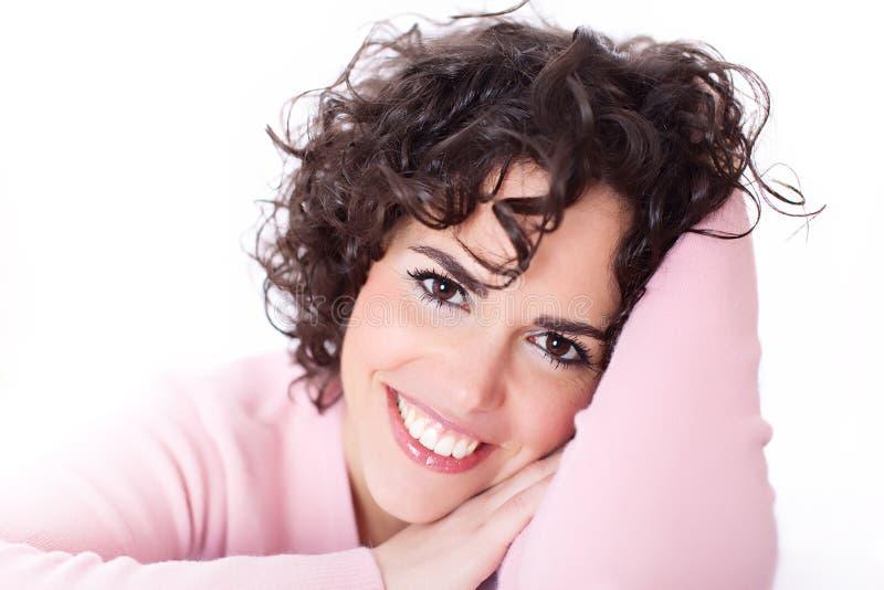 Mooie het Glimlachen Brunette die op haar Ellebogen rust stock fotografie