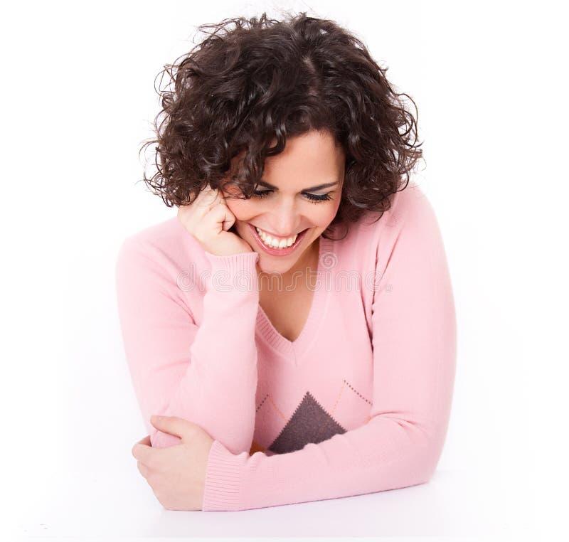 Mooie het Glimlachen Brunette die op haar Ellebogen rust stock foto