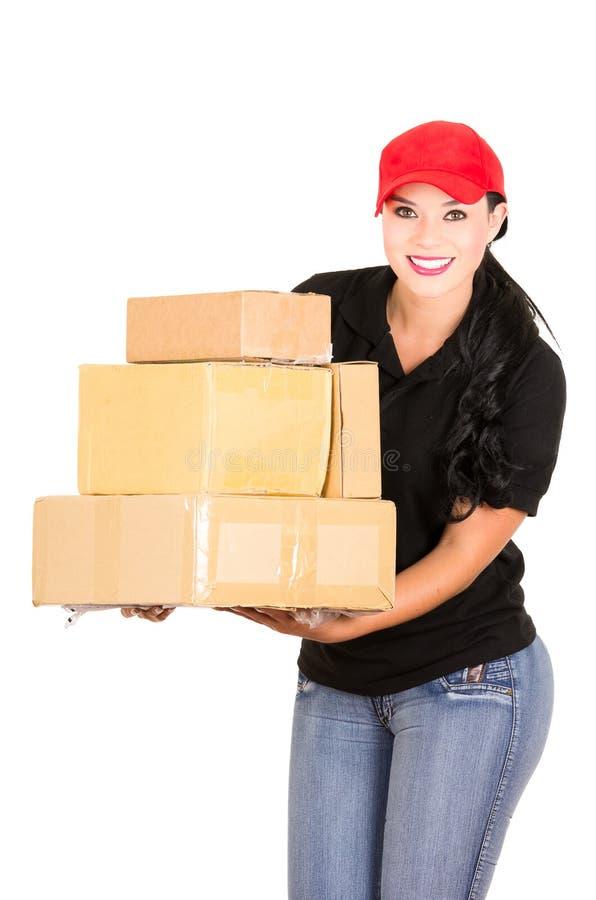 Mooie het glimlachen de holdingspakketten van het leveringsmeisje stock afbeeldingen