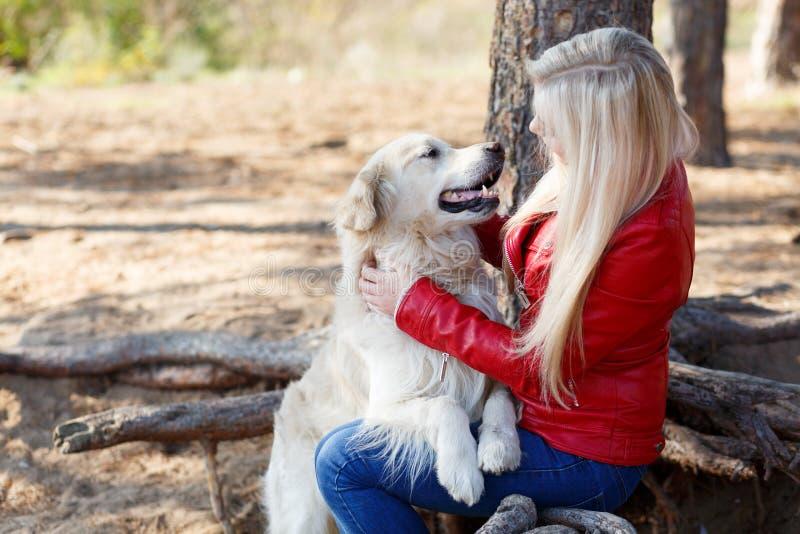 Mooie het glimlachen hond die met eigenaar in openlucht lopen Huisdierenconcept royalty-vrije stock fotografie