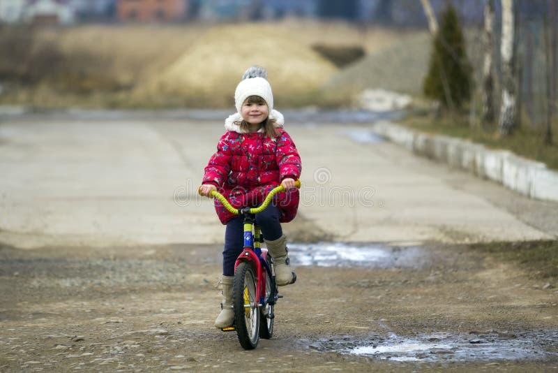 Mooie het glimlachen meisje berijdende fiets in een park royalty-vrije stock foto