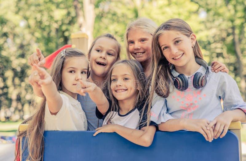 Mooie het glimlachen meisjestribune samen royalty-vrije stock foto's
