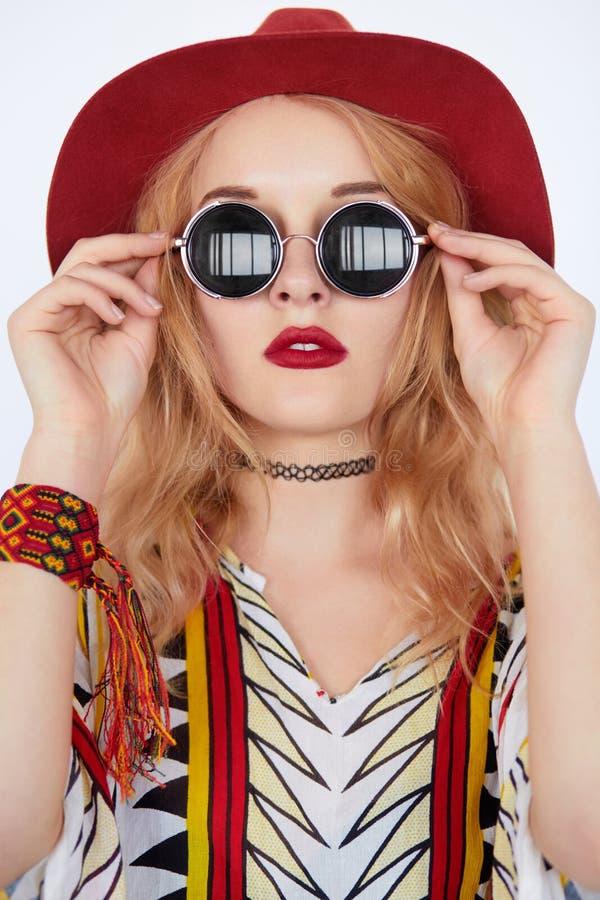 Mooie hippie jonge vrouw die boho elegante kleren dragen royalty-vrije stock foto's