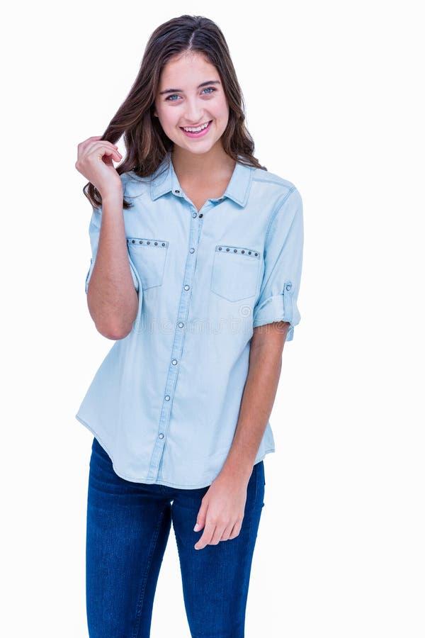 Mooie hipster die bij camera met glimlachen dient haar haar in stock fotografie