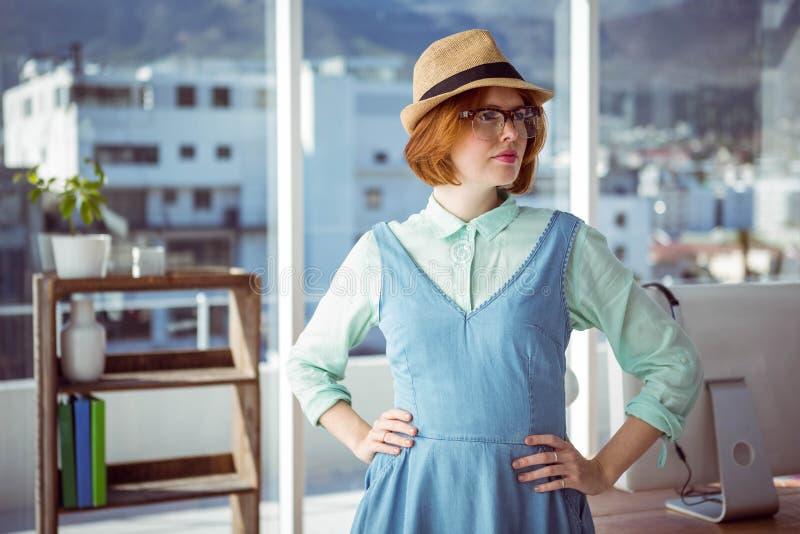 Mooie hipster die nerd glazen en hoed dragen stock afbeelding