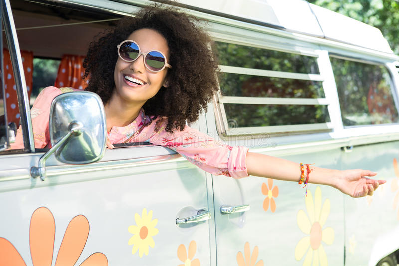 Mooie hipster die uit van window leunen royalty-vrije stock fotografie