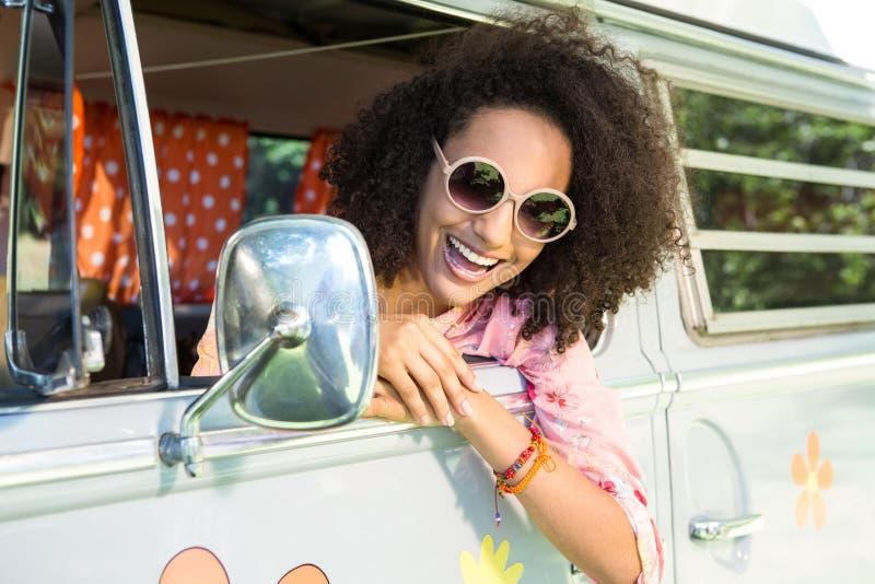 Mooie hipster die uit van window leunen stock afbeeldingen