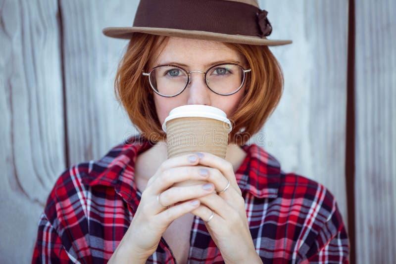 mooie hipstervrouw het drinken koffie royalty-vrije stock foto