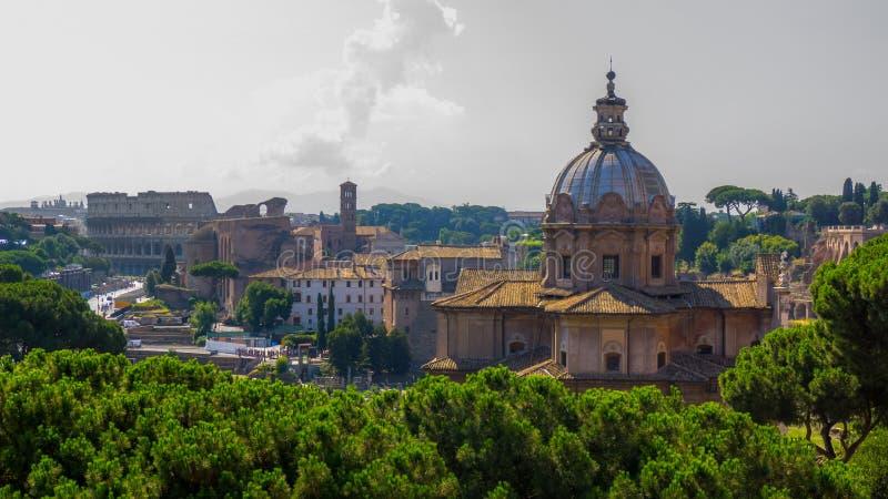 Mooie historische oriëntatiepunten en architectuur van Rome: Colosseum, Basiliek, oude ruïnes van het Forum Caesar, Tempel van Vr royalty-vrije stock afbeeldingen