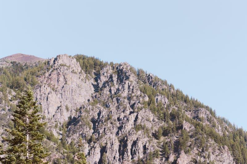 Mooie hoge rotsachtige bergen stock afbeelding
