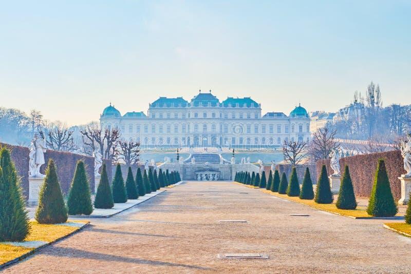 Mooie Hogere Belvedere in de ochtendnevel, Wenen, Oostenrijk stock foto