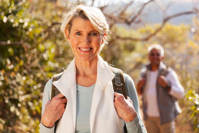 Mooie hogere vrouw wandeling royalty-vrije stock foto's