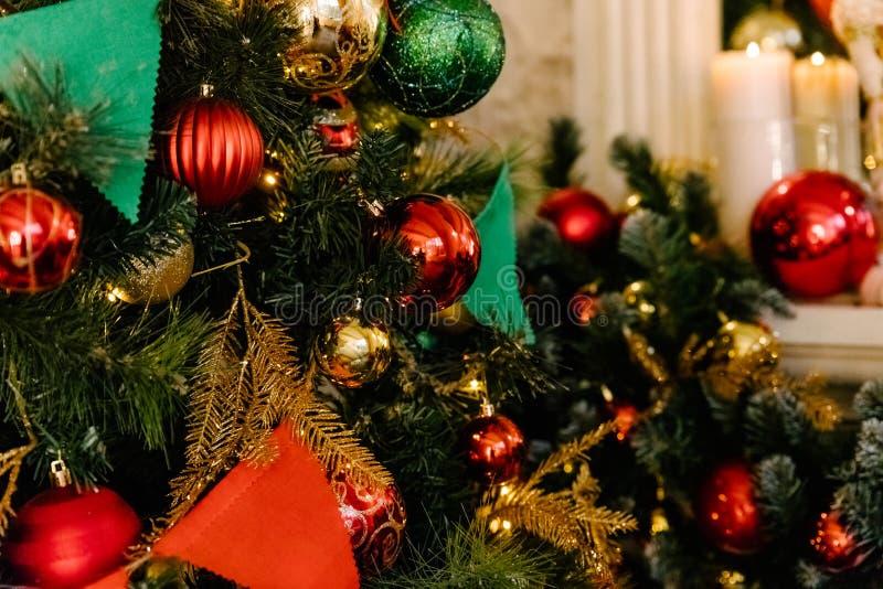 Mooie holdiay verfraaide Kerstboomclose-up Het glanzen lichten, ballen, ornamenten en slingers op spar De winter royalty-vrije stock afbeeldingen