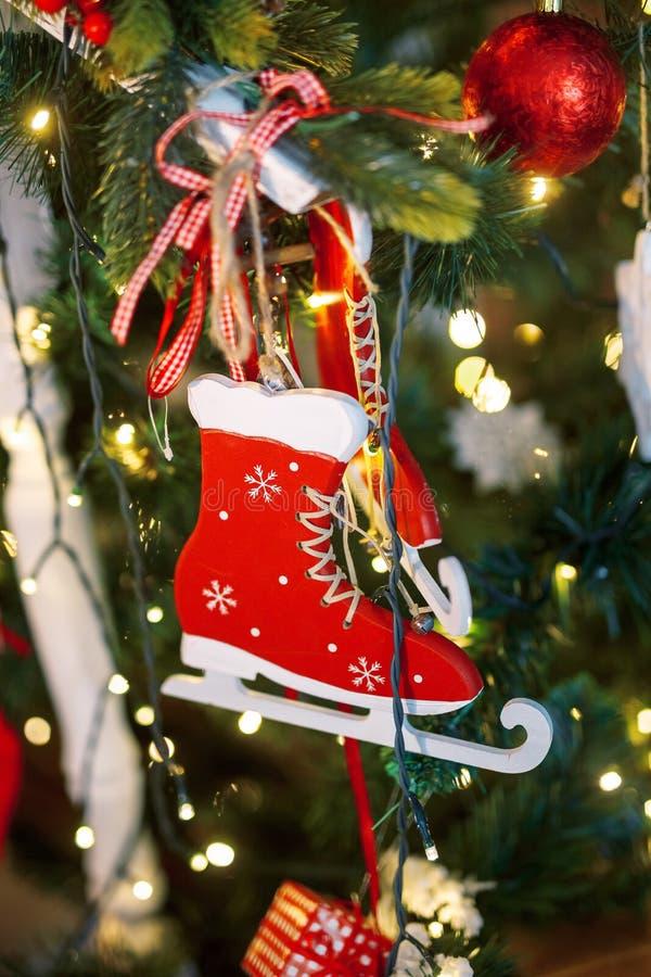 Mooie holdiay verfraaide ruimte met Kerstboom stock fotografie