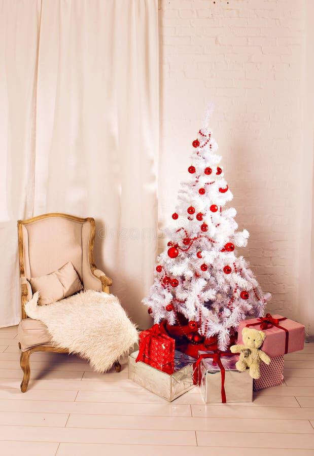 Mooie holdiay verfraaide ruimte met Kerstmis stock afbeeldingen
