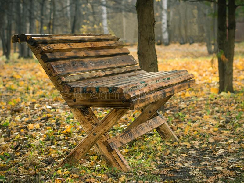 Mooie houten bank in het Park van de de herfststad stock foto's