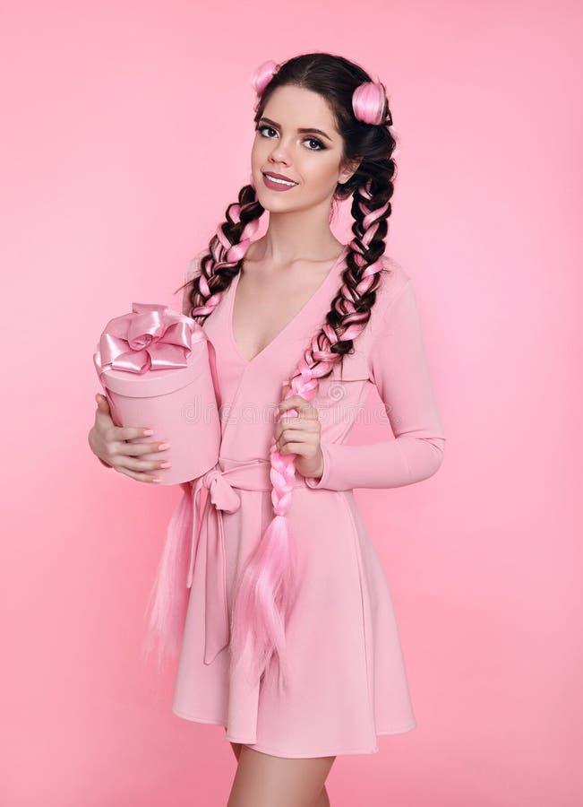 Mooie mooie huidige de giftdoos van het tienermeisje met boog over roze s stock fotografie