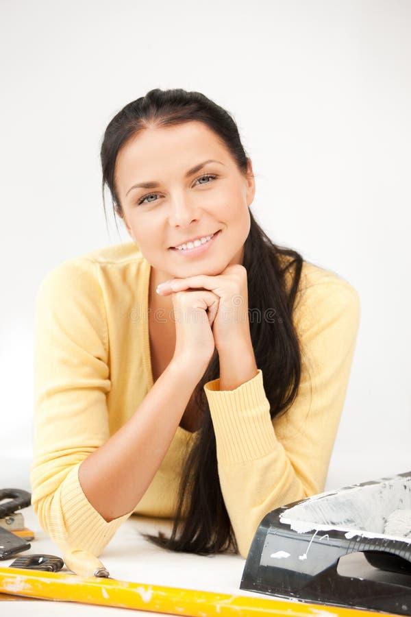 Mooie huisvrouw die het herstellen van de werken maakt royalty-vrije stock afbeeldingen