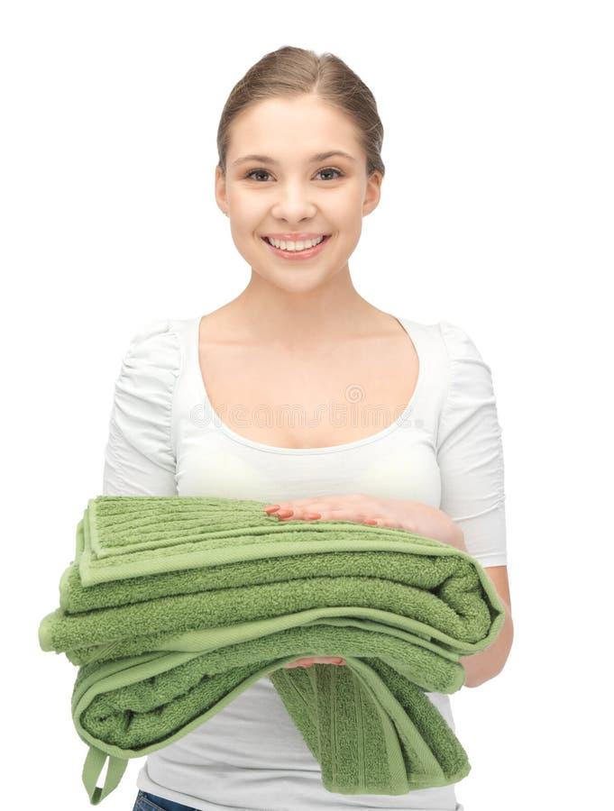 Mooie huisvrouw met handdoeken royalty-vrije stock afbeeldingen