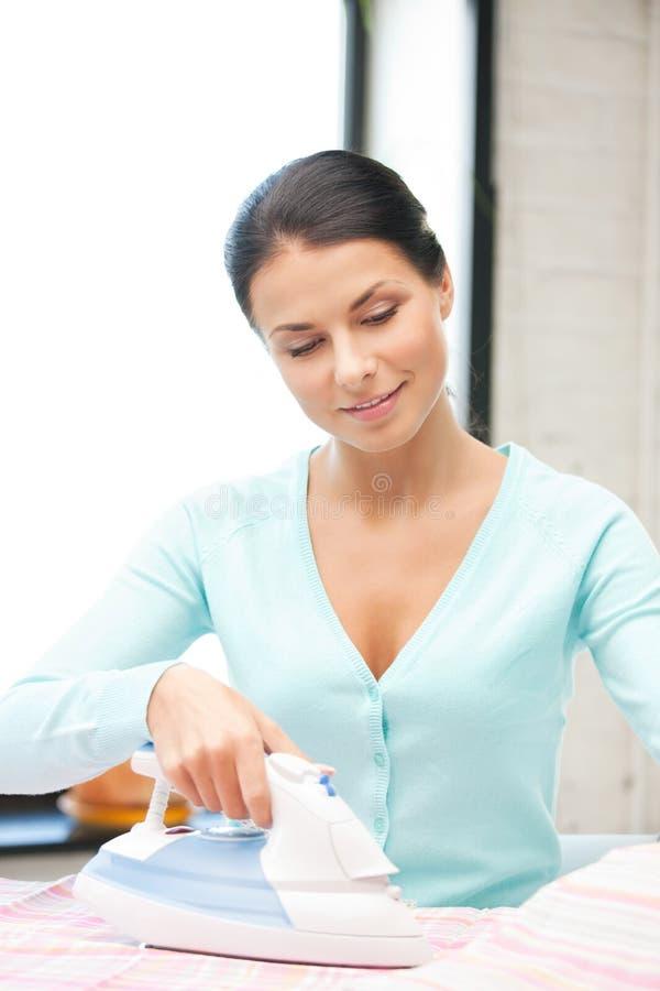 Mooie huisvrouw met ijzer royalty-vrije stock afbeelding