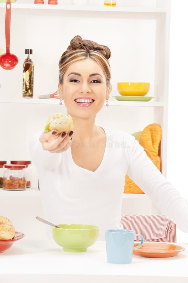 Mooie huisvrouw met sandwich royalty-vrije stock foto
