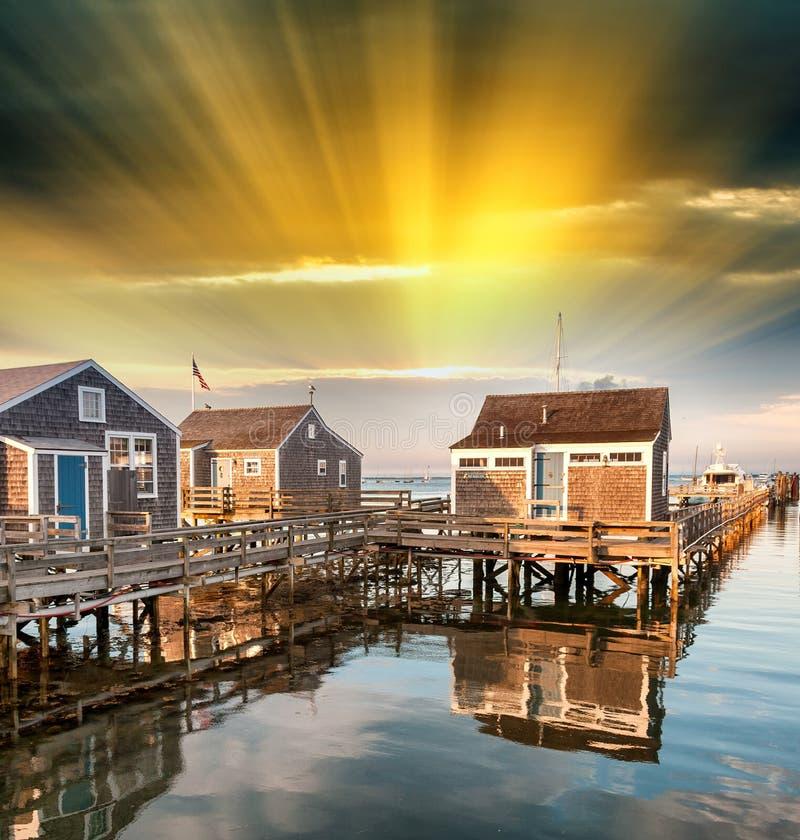 Mooie huizen van Nantucket, Massachusetts Huizen over water a stock foto's