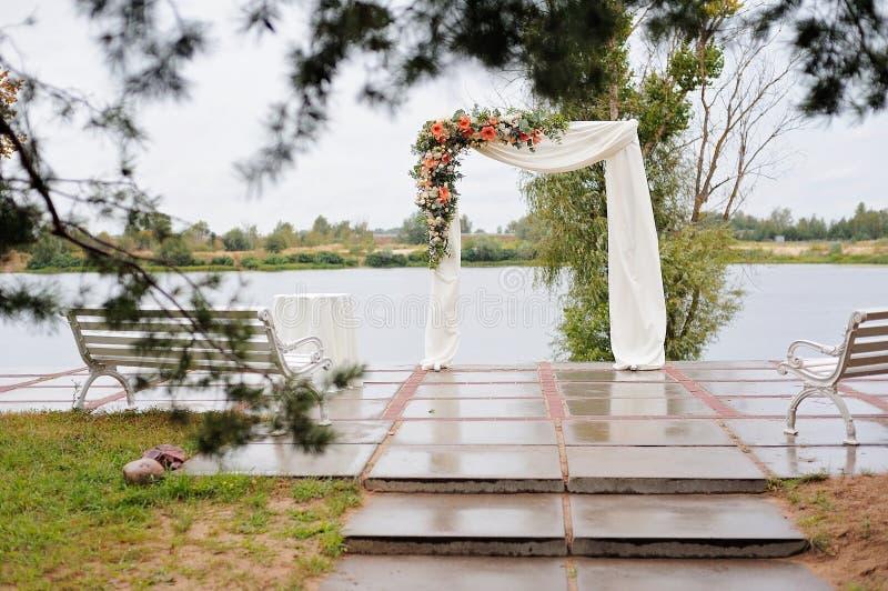 Mooie huwelijksboog, met meer op achtergrond royalty-vrije stock foto