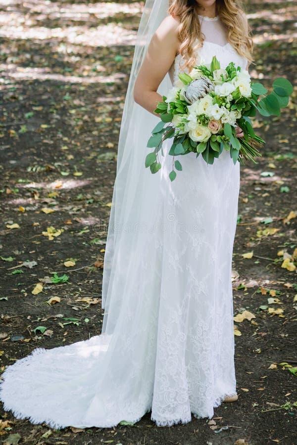 Mooie huwelijksbruid in park-1 royalty-vrije stock foto
