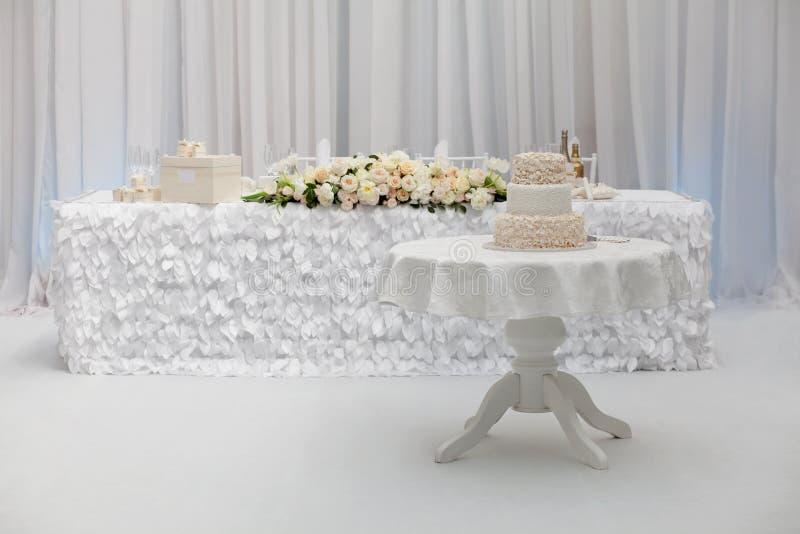 Mooie huwelijkscake op de lijst royalty-vrije stock afbeelding