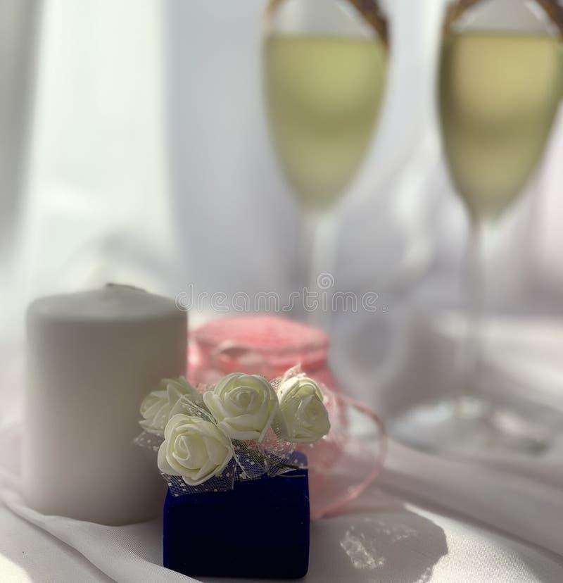 Mooie huwelijksdecoratie Feestelijke atmosfeer met witte rozen royalty-vrije stock foto