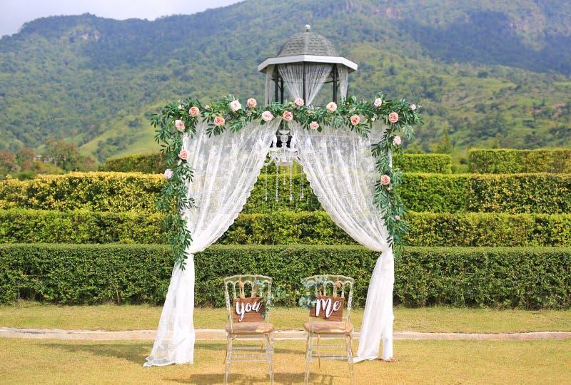 Mooie huwelijksdecoratie met stoelen u en me in de aard openlucht royalty-vrije stock afbeelding