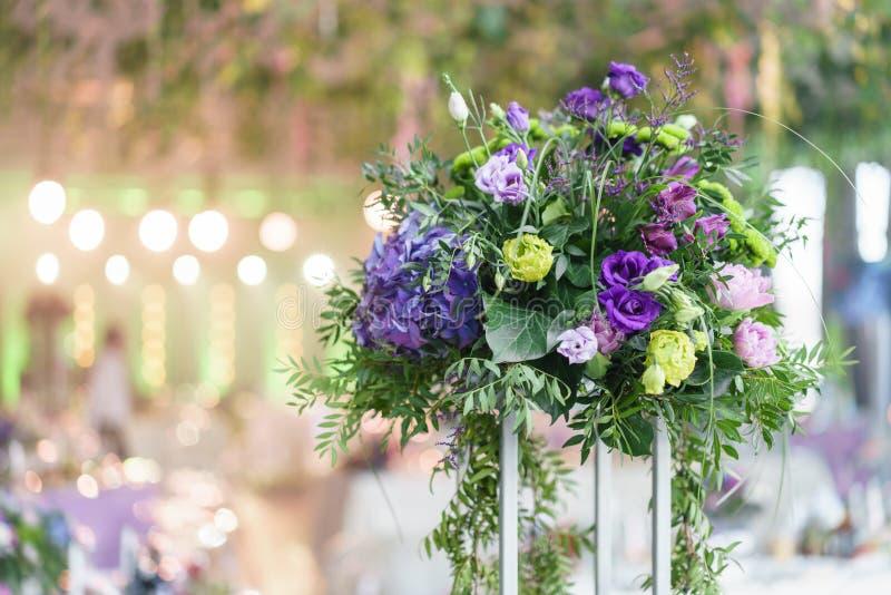 Mooie hydrangea hortensiaboeketten in vazen op hoge tribunes Bloemstuk op lijsten bij de ontvangst van het luxehuwelijk binnen royalty-vrije stock foto
