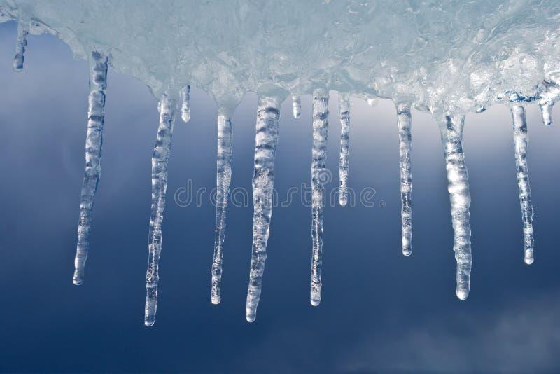 Mooie ijskegels tegen de onweershemel royalty-vrije stock foto's