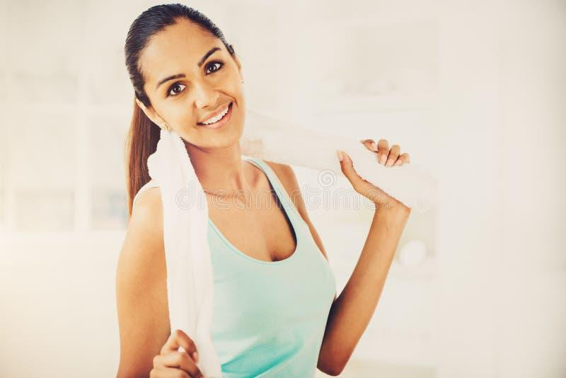 Mooie Indische gezonde gelukkig van de vrouwengeschiktheid stock foto