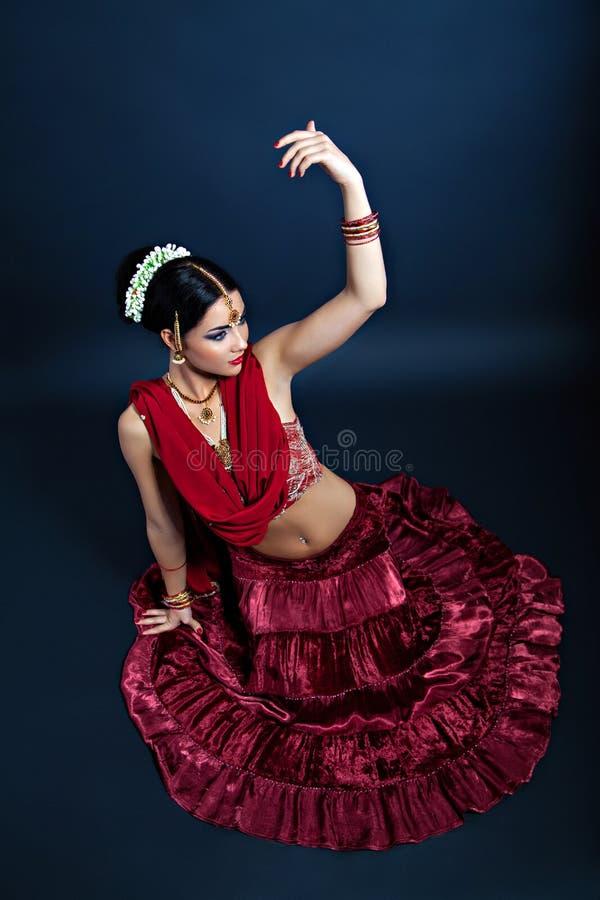Mooie Indische jonge vrouw die in nationale kleren dansen royalty-vrije stock fotografie