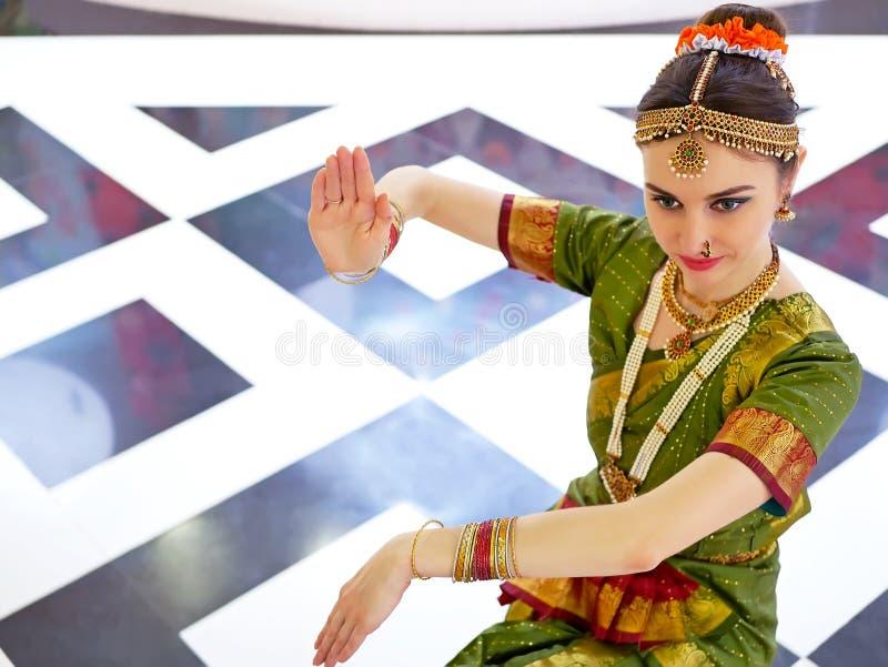Mooie Indische meisjesdanser van Indische klassieke dans bharatanatyam royalty-vrije stock afbeelding