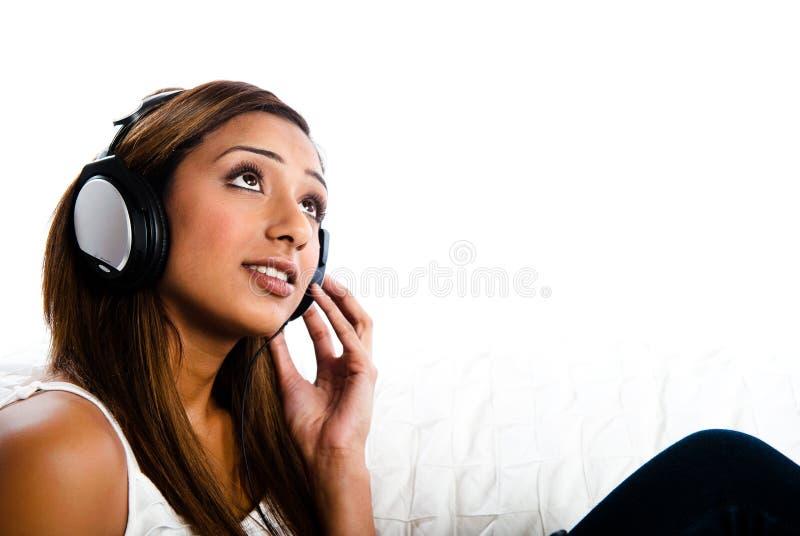Mooie Indische tiener, die aan muziek luistert royalty-vrije stock afbeeldingen