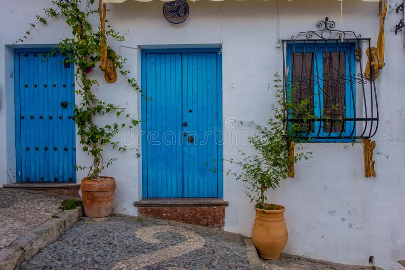 Mooie ingangen, deuren en vensters van Frigiliana stock foto