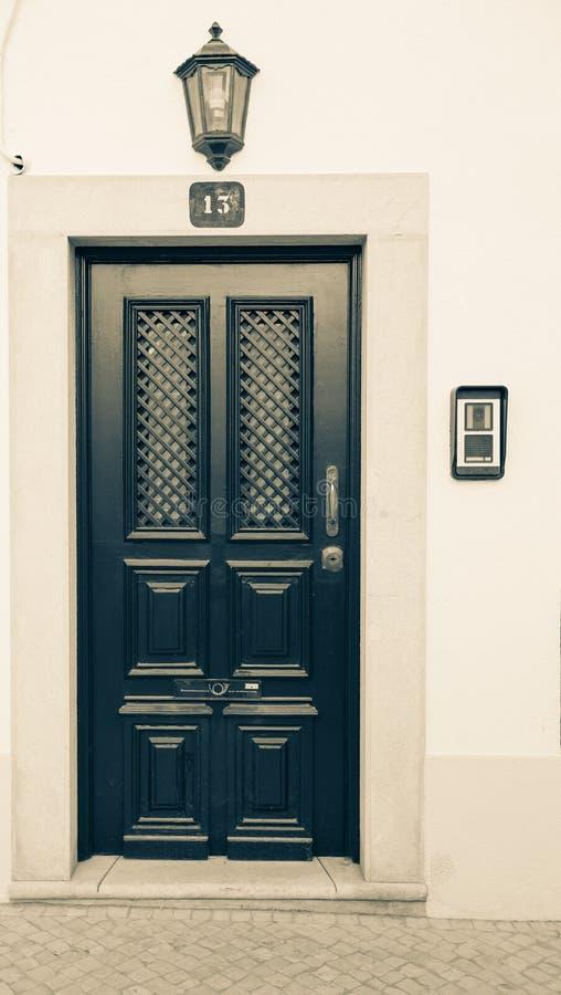 Mooie ingangsdeur, een lantaarn en een aantal 13 op het licht stock afbeelding