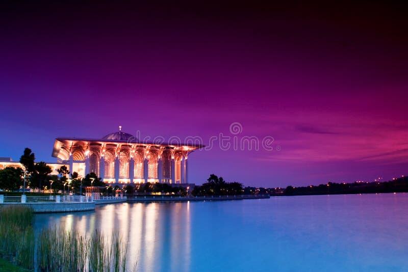 Mooie Islamitische Moskee naast een Meer bij Schemer royalty-vrije stock afbeelding
