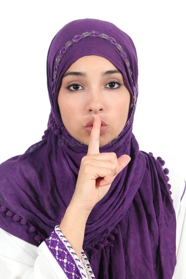 Mooie Islamitische vrouw die een hijab dragen die om stilte vragen royalty-vrije stock fotografie
