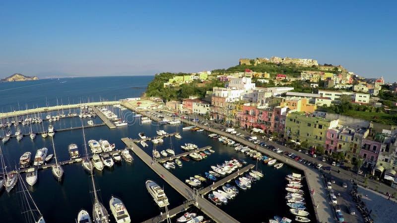 Mooie Italiaanse kuststad met kleurrijke huizen, de zomervakantie, lucht stock afbeelding
