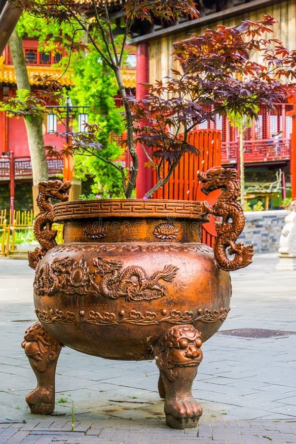 Mooie Japanse die ketelplanter met traditionele draken, Aziatische tuindecoratie wordt verfraaid royalty-vrije stock afbeelding