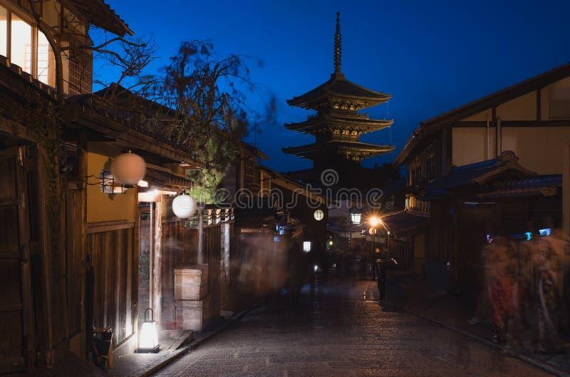 Mooie Japanse oude pagode bij nacht in Kyoto stock fotografie