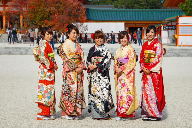 Mooie Japanse Vrouwen in Kimonokleding stock fotografie