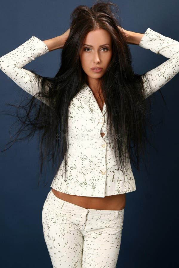 Mooie jonge aantrekkelijke vrouw in wit kostuum stock afbeelding