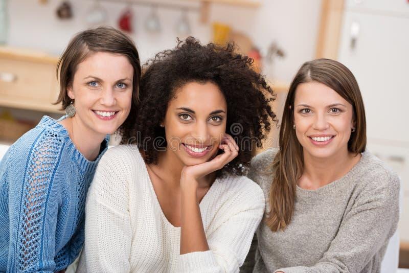 Mooie jonge Afrikaanse Amerikaan met twee vrienden stock fotografie