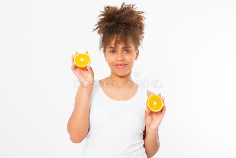 Mooie jonge Afrikaanse Amerikaanse die vrouw met sinaasappelen op witte achtergrond wordt geïsoleerd Afromeisje en dieetconcept D royalty-vrije stock fotografie