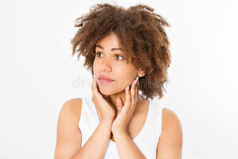 Mooie jonge Afrikaanse Amerikaanse die vrouw op witte achtergrond wordt geïsoleerd De ruimte van het exemplaar Spot omhoog De hui stock afbeeldingen