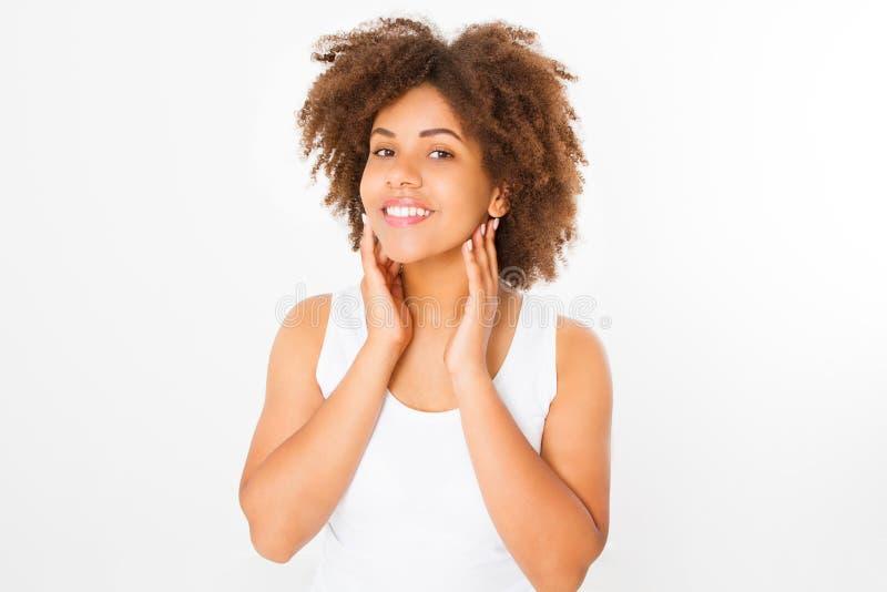 Mooie jonge Afrikaanse Amerikaanse die vrouw op witte achtergrond wordt geïsoleerd De ruimte van het exemplaar Spot omhoog De hui royalty-vrije stock foto's